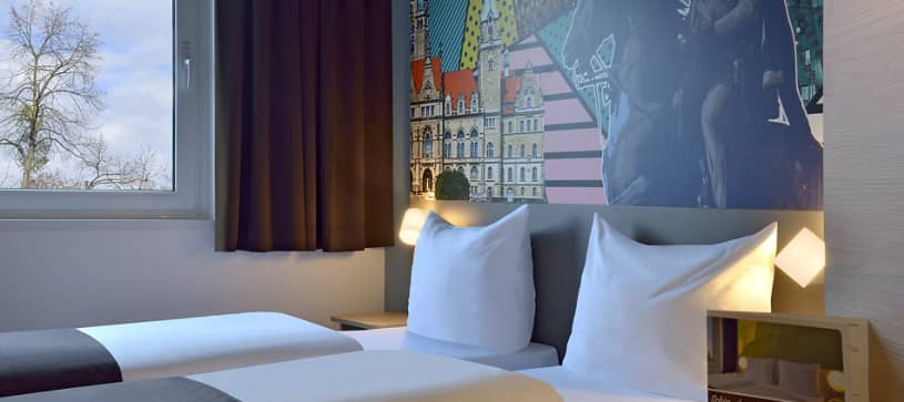 Hotel Hannover-Lahe twin room with wallart