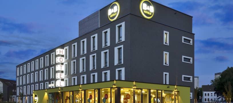 Hotel Mülheim exterior by night