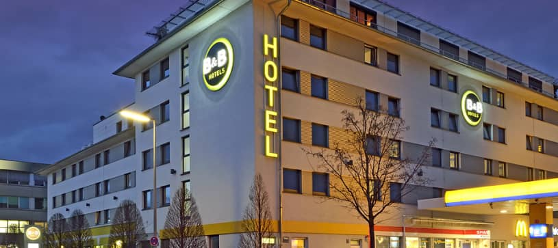 Hotel München City-Nord exterior by night