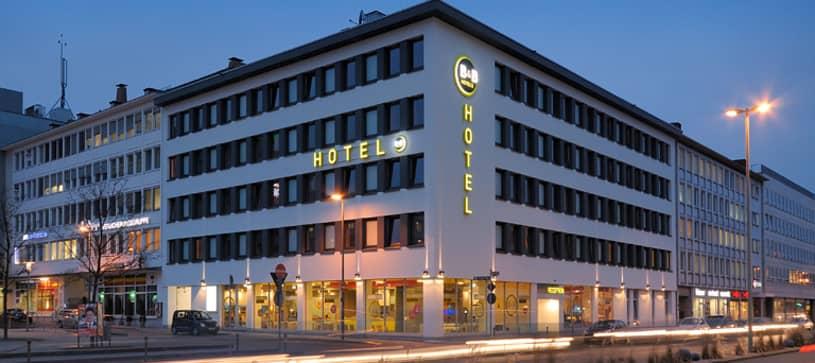 Hotel Nürnberg-Hbf exterior by night