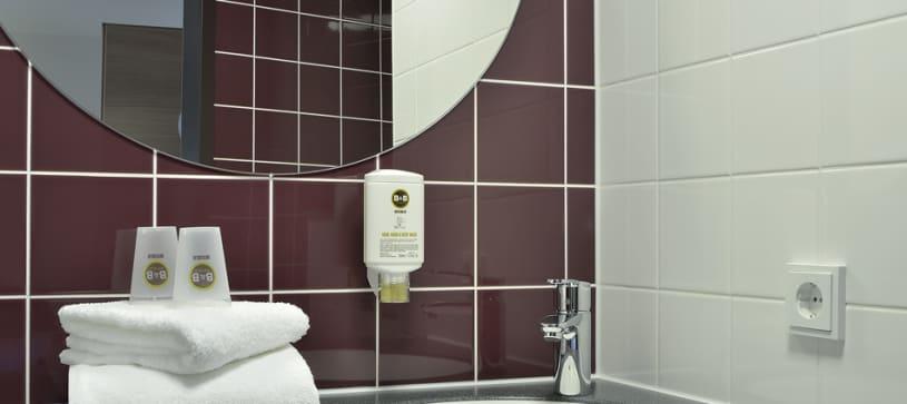 Hotel Weimar bathroom washbasin and mirror