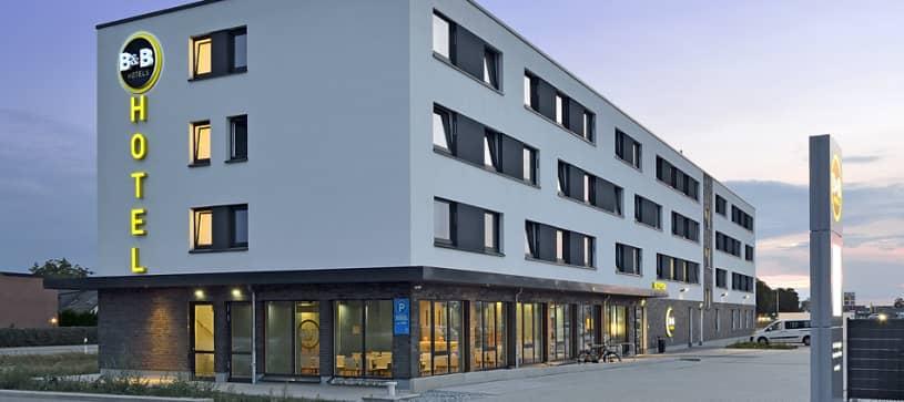 Hotel Wolfsburg-Weyhausen Außenansicht seitlich bei Nacht