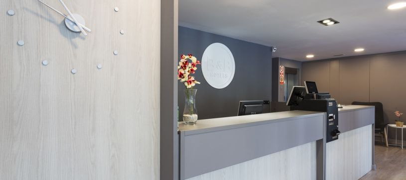 Mostrador de recepción Hotel B&B Barcelona Mollet