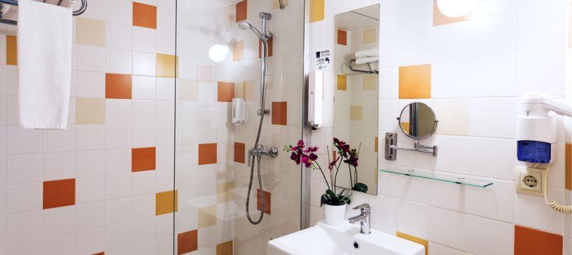 Baño con ducha Hotel B&B Girona 2