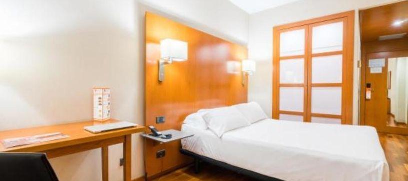 Habitación doble con cama de matrimonio Hotel B&B Granada Estación