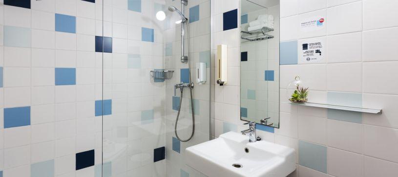 Baño con ducha Hotel B&B Barcelona Granollers