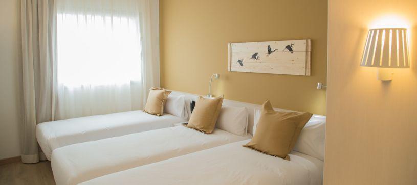 Habitación triple Hotel B&B Barcelona Viladecans