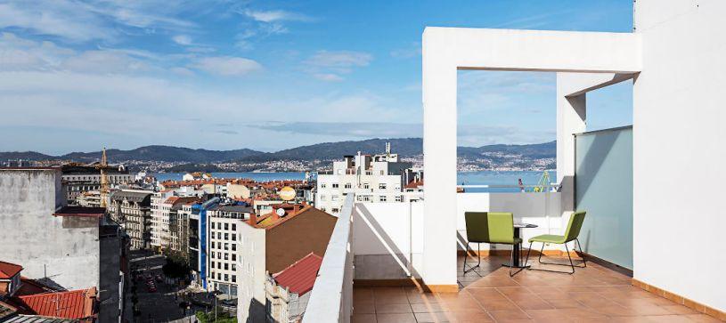 Hotel B&B Vigo terraza con vistas al puerto de Vigo