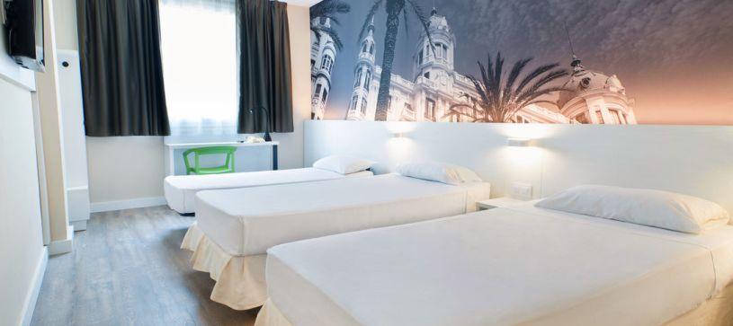 Habitación con tres camas individuales Hotel B&B Alicante