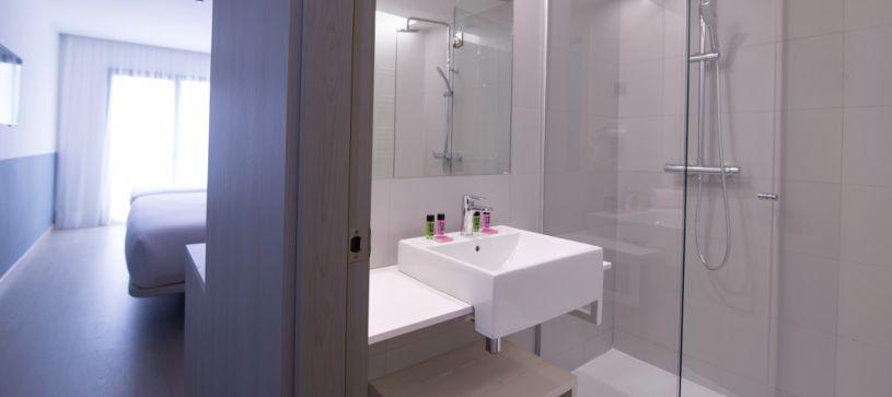 Habitaciones con baños de diseño Hotel B&B Donostia San Sebastián Aeropuerto