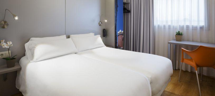 Hotel B&B Figueres habitación doble con dos camas