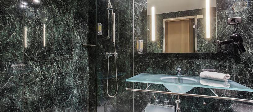 Hotel B&B Granada Estacion Bathroom Shower