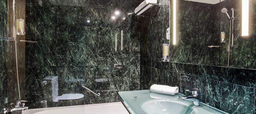 B&B Hotel Granada Estacion Bathroom Bathtube