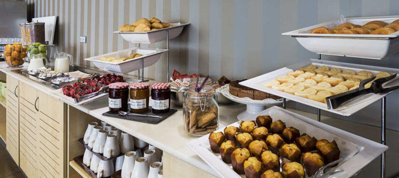 Desayuno buffet Hotel B&B Madrid Airport T1 T2 T3