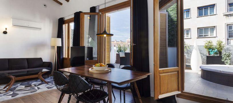Comedor y terraza B&B Apartamentos Fuencarral 46