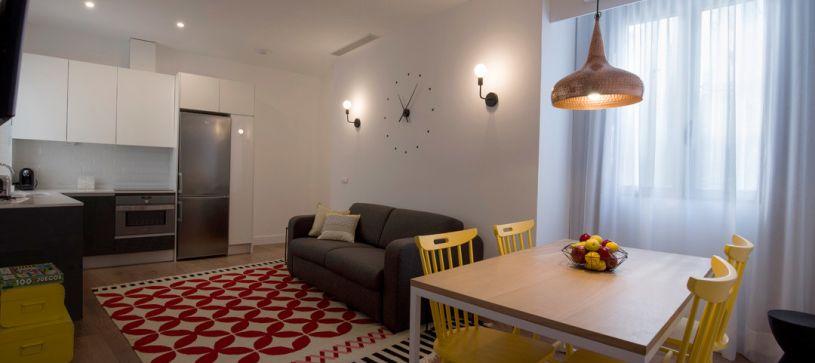 Apartamento de 2 dormitorios salón comedor Madrid B&B Apartamentos Fuencarral 46