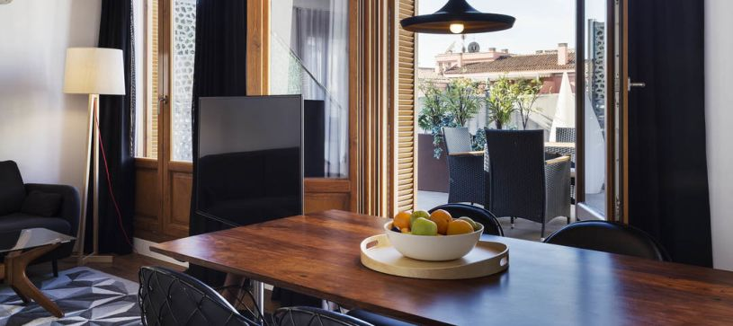 Salón comedor apartamento con terraza Madrid B&B Apartamentos Fuencarral 46