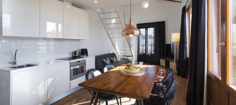 Cocina apartamento con terraza Madrid B&B Apartamentos Fuencarral 46