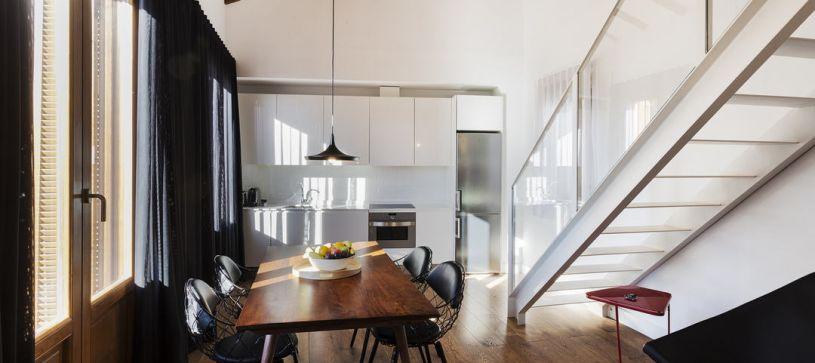 Cocina y comedor apartamento con terraza Madrid B&B Apartamentos Fuencarral 46