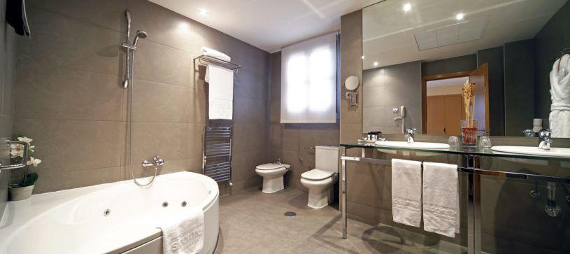 Baño habitación suite Hotel B&B Madrid Fuenlabrada