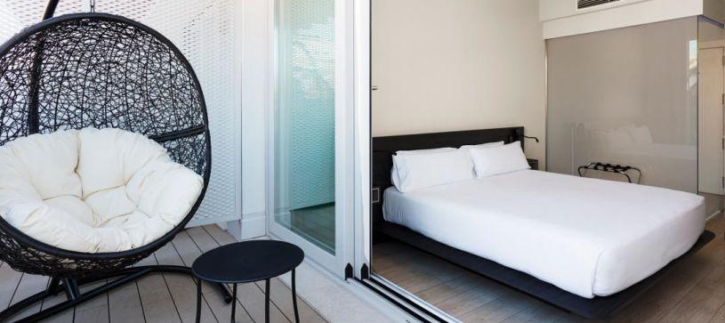 Terraza y habitación Hotel B&B Puerta del Sol