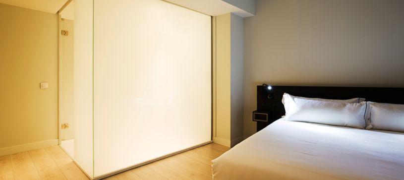 panorámica armario habitación Hotel B&B Puerta del Sol