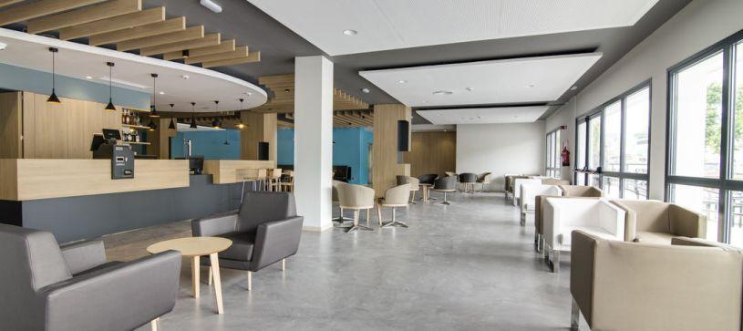 Hotel B&B Donostia San Sebastián Aeropuerto recepción y bar