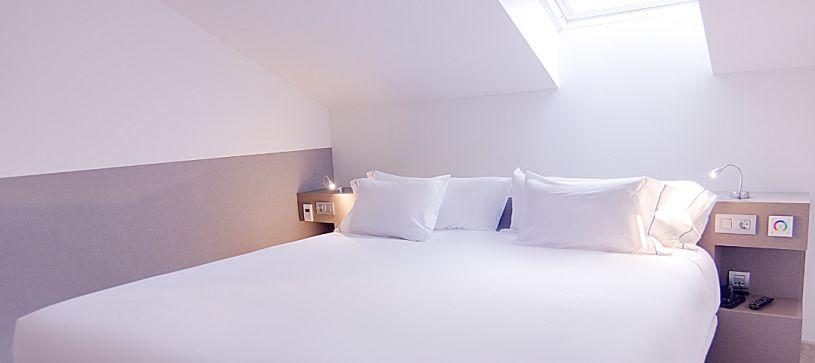 Hotel B&B Donostia San Sebastián Aeropuerto habitación doble matrimonial en buhardilla