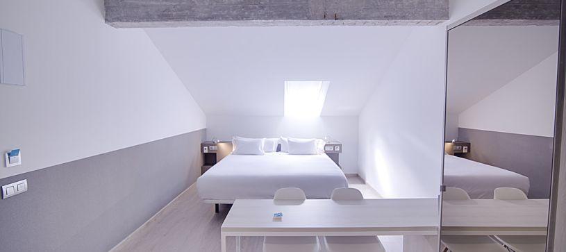 Hotel B&B Donostia San Sebastián Aeropuerto habitación doble matrimonial con techo abuhardillado