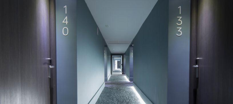 Hotel B&B Donostia San Sebastián Aeropuerto pasillos de diseño