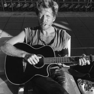 Raues, emotionales Singer-Songwriter Konzert von Ilo Rive