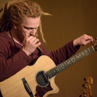 Extraordinary guitar performance by Mario Parizek