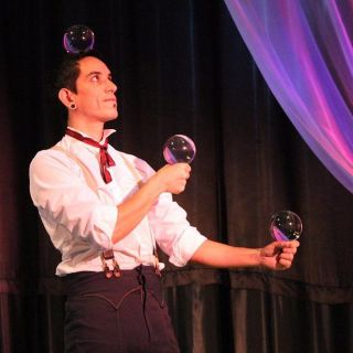 Circus Juggling Performance von Tavo Tavinsky