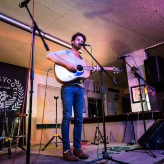 Chanson française trifft Brit Folk por Geraint John Jones