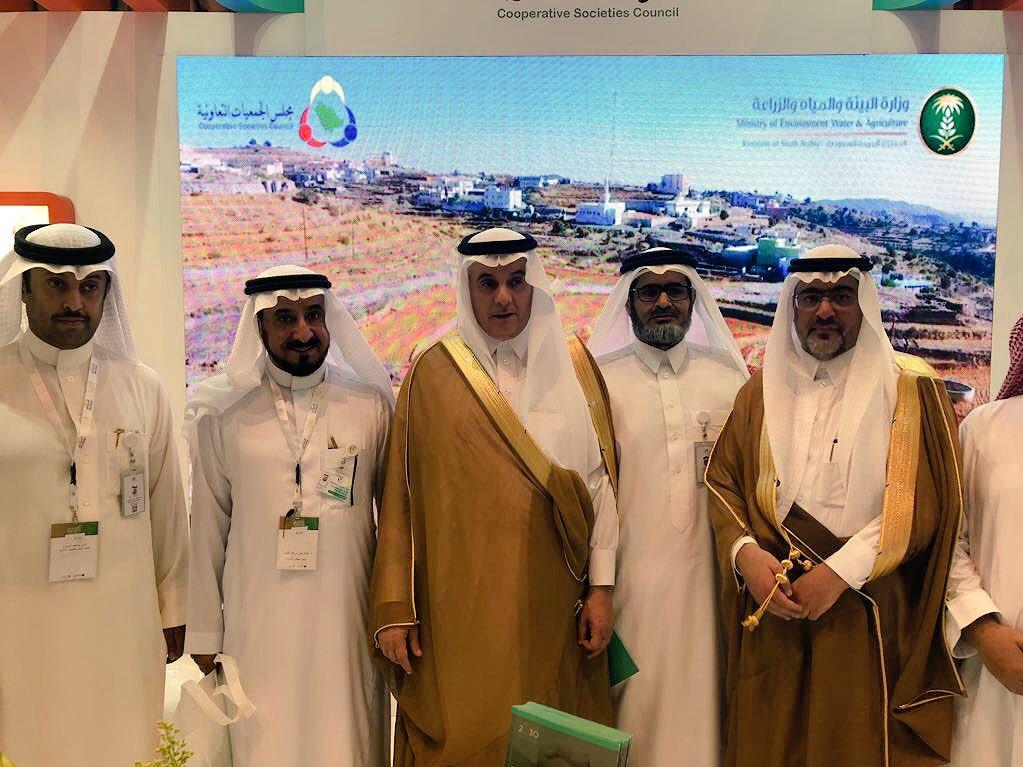 وزير البيئة يزور جناح مجلس الجمعيات التعاونية