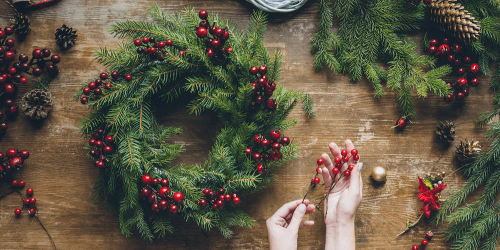 DIY Christmas decorations and wreaths from evergreen branches