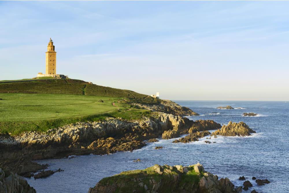 View of Torre de Hércules and the ocean.