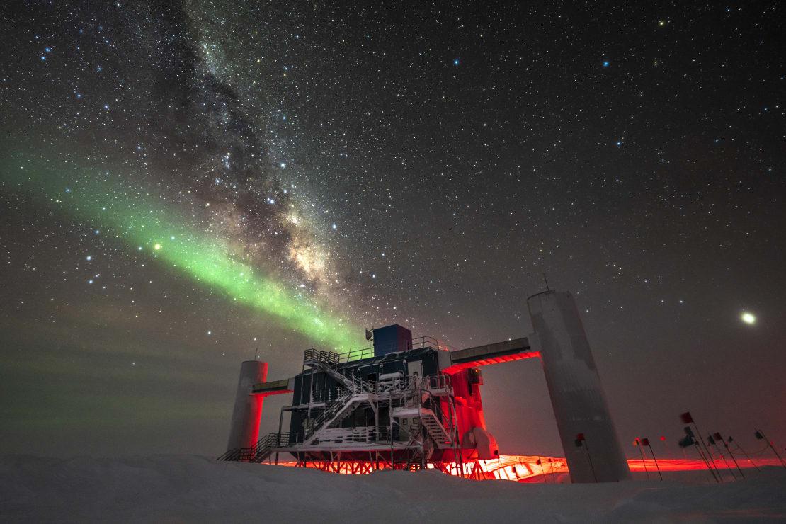 IceCube Lab, with streak of auroras and Milky Way overhead.
