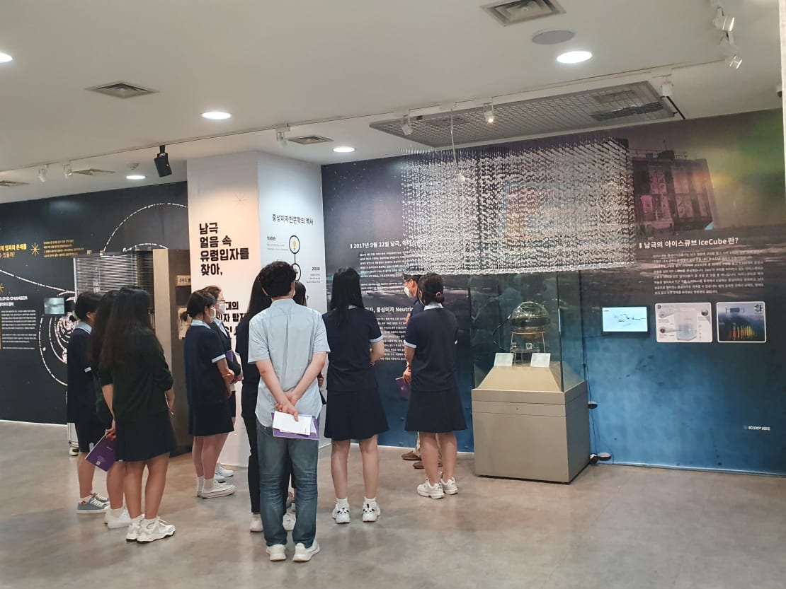 A group of high school students getting a tour of the IceCube exhibit at the Hanyang University Museum.