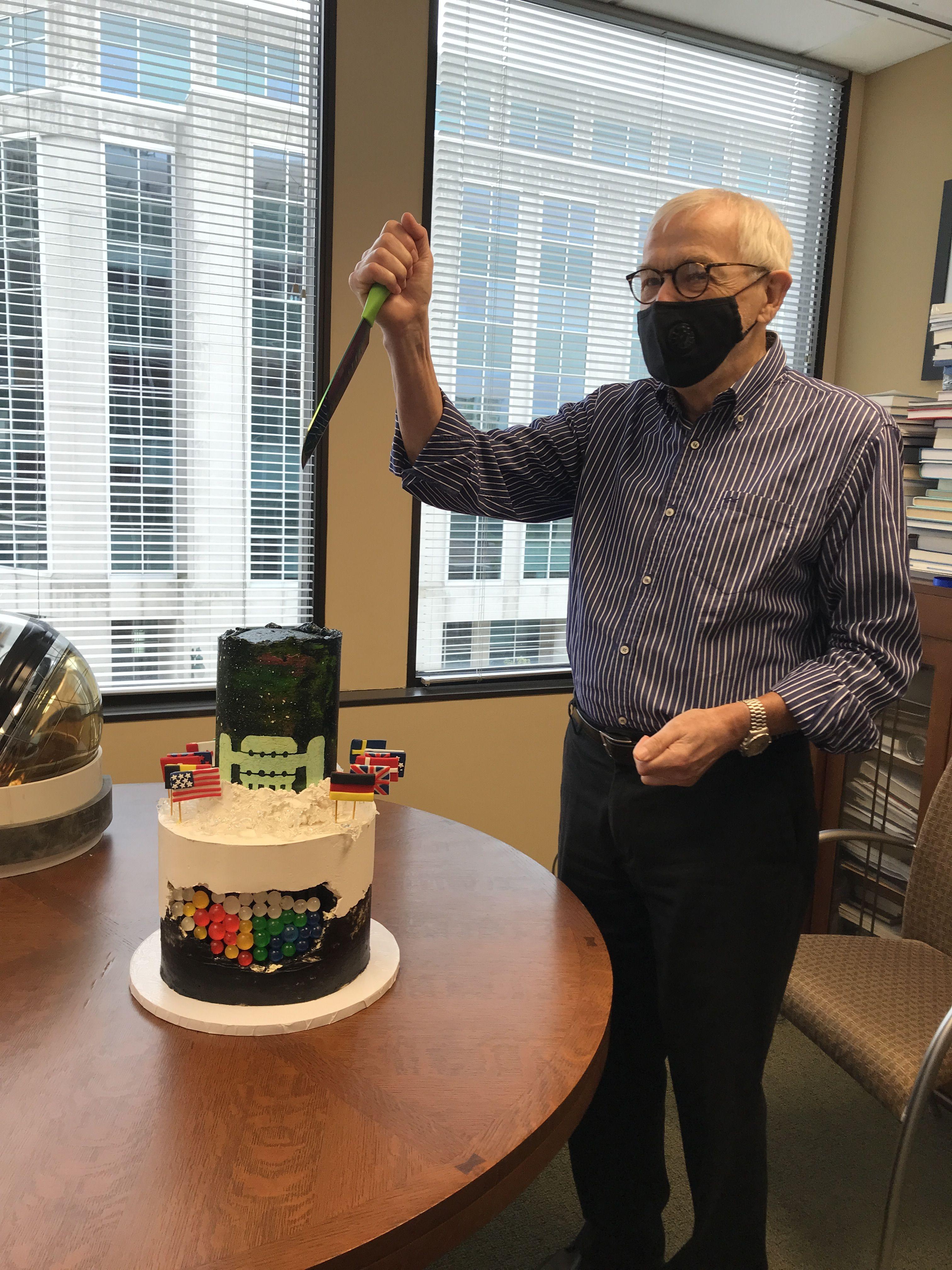 Francis Halzen cutting the cake.