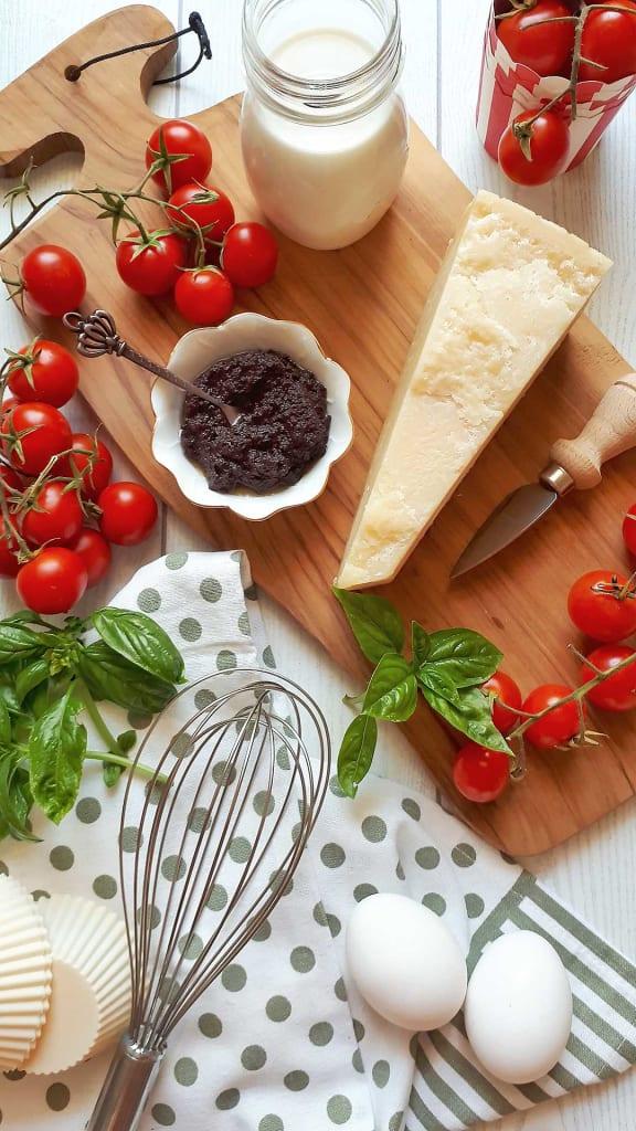 ingredienti per ricetta muffins salati al parmigiano, pâté di olive e pomodorini di clelia bakery