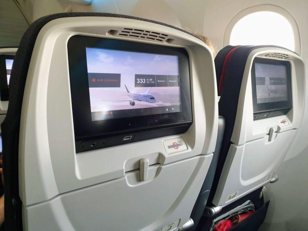 מערכת בידור אישי במטוסי אייר קנדה עם יציאת USB לטעינת פלאפונים וטאבלטים
