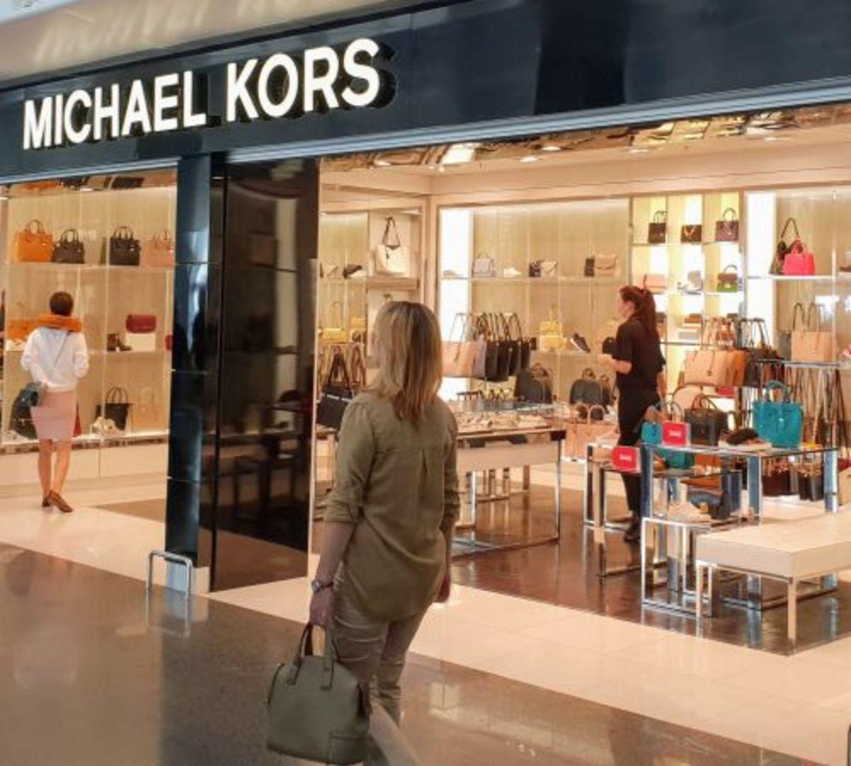חנות מייקל קורס בשדה התעופה בקייב - קניות בזמן קונקשן