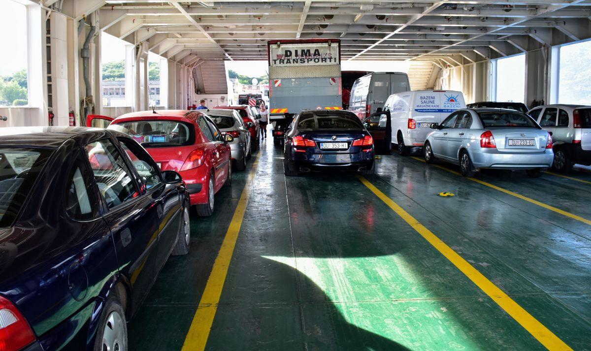 רכבים חונים על סיפון מעבורת בקרואטיה