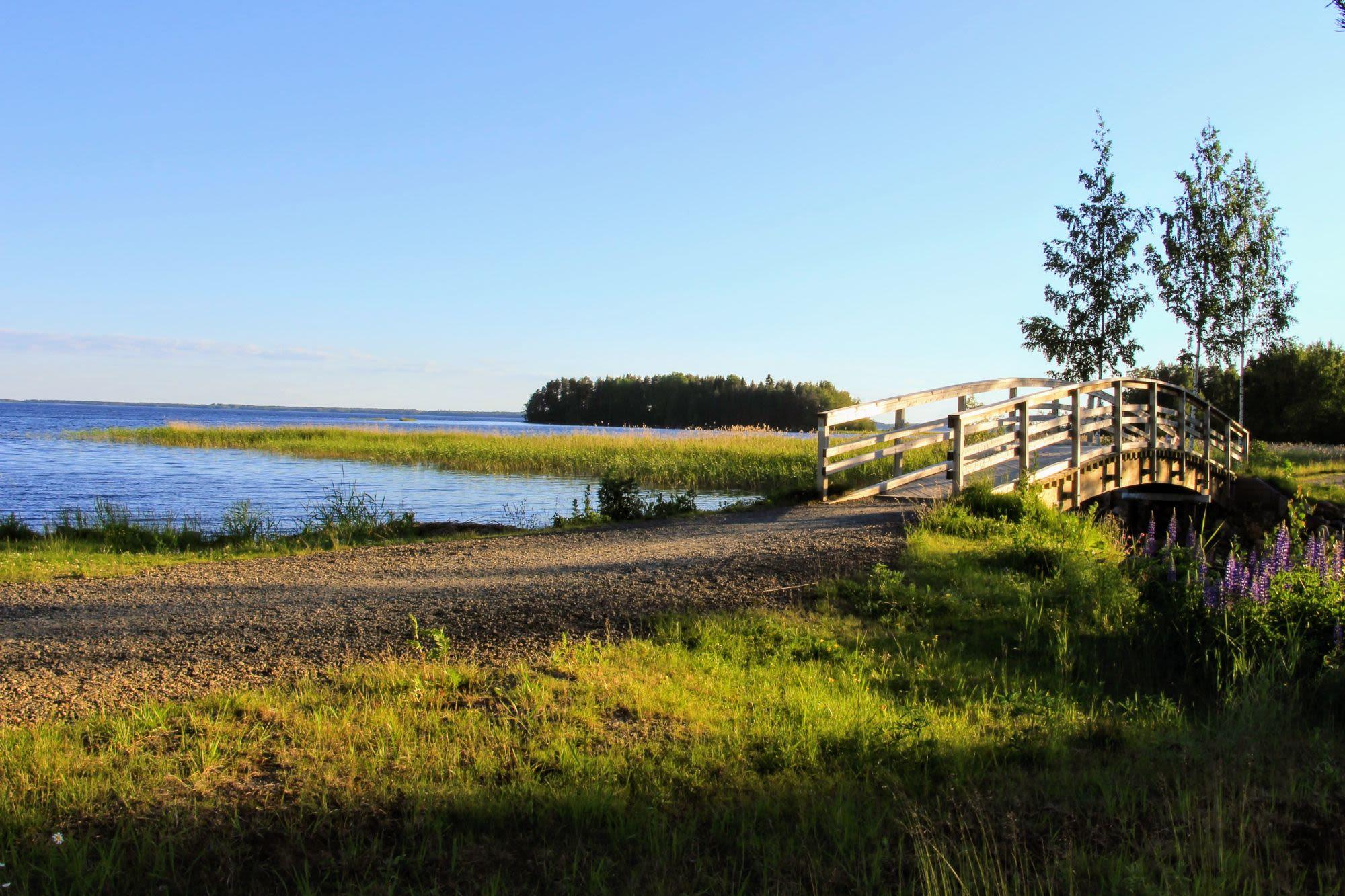 נהר עם גשר בפינלנד