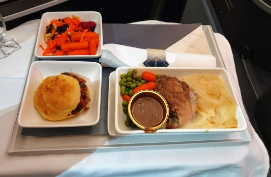 ארוחת צהריים בביזנס של אל על בטיסה ללונדון