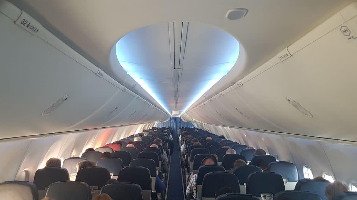 תא הנוסעים במטוס 737 של UIA