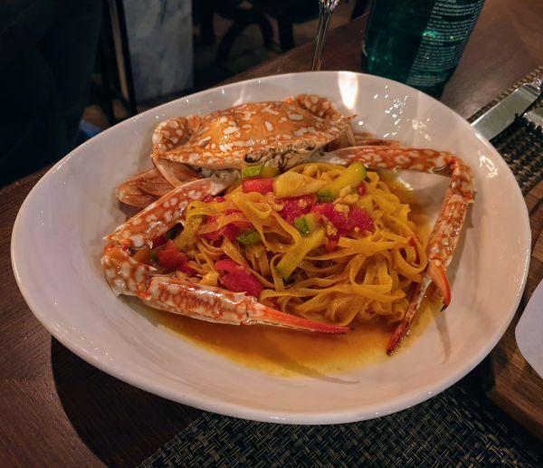 פסטה וסרטנים במסעדה על צלחת