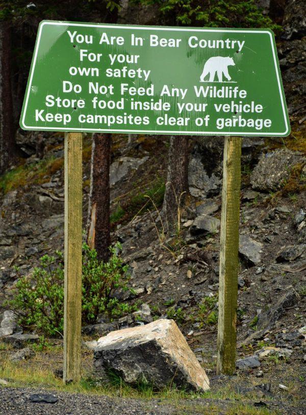 שלט בפארק הלאומי באנף בקנדה: הנכם במדינת דומים, התנהגו בהתאם
