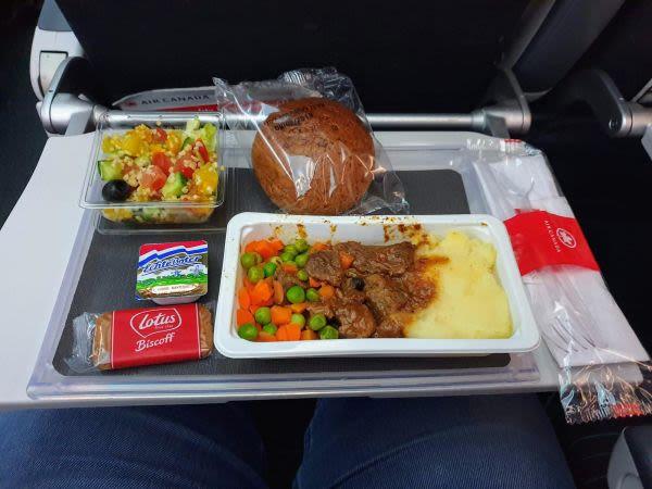 """ארוחת הצהריים בטיסת אייר קנדה מת""""א לטורונטו"""
